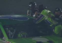 Usa, i piloti fanno a pugni al traguardo Adrenalina alle stelle durante una gara NASCAR - CorriereTV