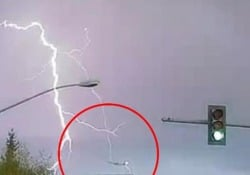 Usa, l'aereo colpito dal fulmine durante la tempesta Il video arriva da Anchorage, in Alaska - CorriereTV