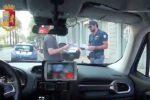 Minaccia e tenta di strangolare la fidanzata in auto a Caltanissetta: denunciato 27enne