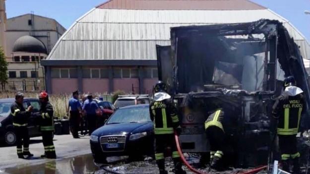 bombole gas, esplosione Gela, Mercato, vigili del fuoco, Caltanissetta, Cronaca