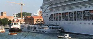Incidente tra una nave da crociera e un battello a Venezia: momenti di panico, gente in mare e 4 feriti