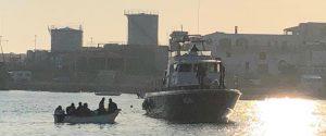 Nuovo sbarco a Lampedusa, soccorsi 45 migranti: ci sono bimbi e donne