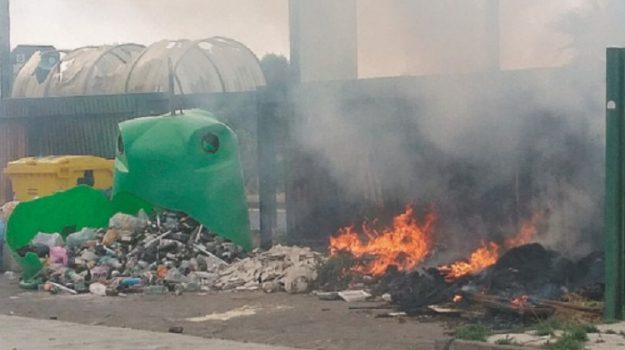 incendio, rifiuti, Fabio Cantarella, Catania, Cronaca