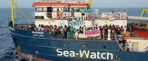 Migranti, stallo per la Sea Watch: nave ferma davanti al porto di Lampedusa