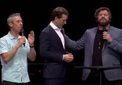 Austria: migliaia di persone pregano per l'ex cancelliere Kurz Sebastian Kurz è salito sul palco del mega evento dei fondamentalisti cristiani di «Awakening Europe» - CorriereTV