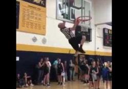 Basket, l'arbitro determinato: si arrampica per salvare la palla La divertente scena durante una partita di basket liceale negli Stati Uniti - CorriereTV
