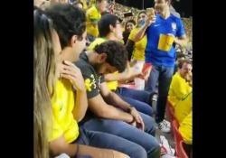 Brasile, il tifoso fa sogni d'oro durante la partita Lo spettacolo della Nazionale brasiliana non sembra far effetto su questo tifoso - Dalla Rete