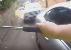 Cane chiuso in auto al sole: il poliziotto spacca il finestrino e lo libera Il video dall'Inghilterra e i consigli su come comportarci per non incorrere in guai giudiziari - Dalla Rete