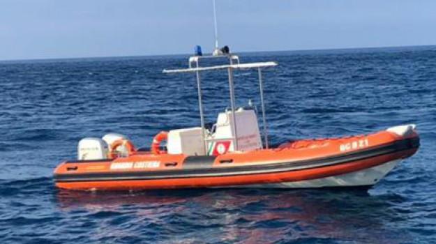 guardia costiera palermo, mondello, salvattaggio gommone, Palermo, Cronaca