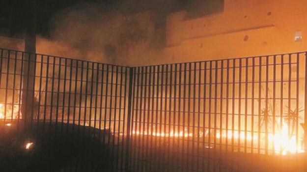 Incendio a Gela, piazza Calvario, Villaggio Aldisio, Caltanissetta, Cronaca