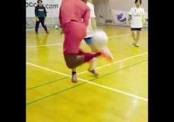 Futsal, i dribbling di Vinicius jr sono di un altro pianeta Non deve essere semplice giocare contro Vinicius jr a futsal - Dalla Rete