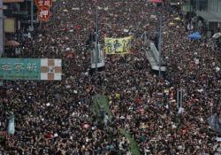 Hong Kong, la marcia dei milioni: ecco lo straordinario video in time-lapse Quasi due milioni di persone sono scese per le strade domenica contro la controversa legge sull'estradizione - CorriereTV