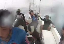 I pescatori finiscono in mezzo alla tempesta monsonica Lotta contro il tempo (e le onde giganti) per tornare a casa - CorriereTV
