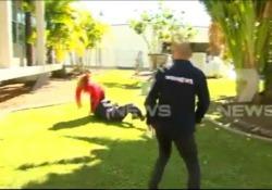 Il detective interrompe la conferenza stampa per placcare un uomo in fuga La scena ripresa in diretta dalle tv in Australia - CorriereTV