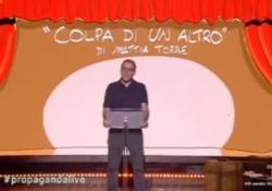 L'amaro monologo di Valerio Mastandrea: «In Italia? È sempre colpa di un altro» L'attore romano ha recitato il brano tratto dal libro 'In mezzo al mare' di Mattia Torre durante «Propaganda Live» - CorriereTV