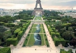 La gigantesca opera d'arte sotto la Torre Eiffel che omaggia i soccorritori in mare L'affresco lungo 600 metri su Champ-de-Mars è un omaggio a tutti i volontari dell'Ong francese Sos Méditerranée - CorriereTV