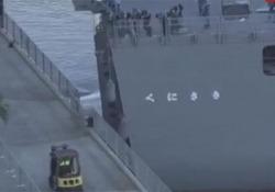 La nave da guerra giapponese colpisce il molo La manovra sbagliata nel porto di Brisbane, in Australia - CorriereTV