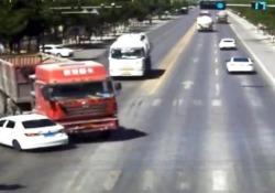 Lo scontro con il camion sembra inevitabile ma poi succede questo Il video dalla telecamera di sicurezza ad un incrocio in Cina - CorriereTV