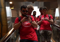 Lo Stato Sociale in viaggio sulla metro da Genova a Catania (in 24 ore) per lanciare il nuovo singolo «DjDM...» Il quintetto bolognese è partito mercoledì notte dal capoluogo ligure - CorriereTV
