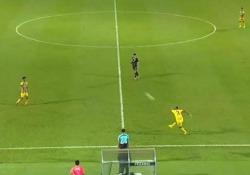 Malesia, il gol da oltre 50 metri di Hérold Goulon La punizione da centrocampo finisce dritta all'incrocio - CorriereTV