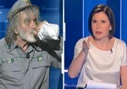 Mauro Corona litiga con Bianca Berlinguer e poi beve una birra in diretta, la conduttrice si infuria «Lei è stato un maleducato», lo rimbrotta la conduttrice di «Cartabianca» - CorriereTV