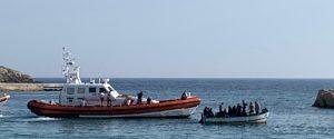 """Migranti, il duello con le Ong non ferma i mini-sbarchi a Lampedusa: l'hotspot """"scoppia"""""""