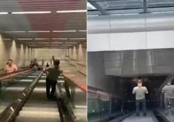 Nella metropolitana più profonda della Cina (si scende per sei piani sotto terra) Sei scale mobili e oltre 10 minuti per raggiungere la piattaforma - CorriereTV