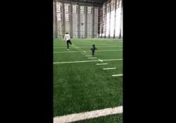 NFL, l'allenamento è tenero: la figlia di Flower imita il papà La piccola tenta di compiere gli stessi esercizi del padre - Dalla Rete