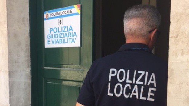 modica, resistenza e oltraggio a pubblici ufficiali, Ragusa, Cronaca