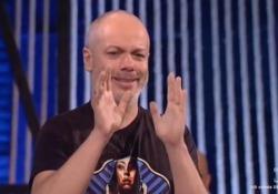 Propaganda Live, Diego Bianchi saluta in lacrime e ringrazia i genitori: «Vi voglio bene» Ultima puntata della stagione per lo show di La7. Il conduttore  si è lasciato andare alla commozione - CorriereTV