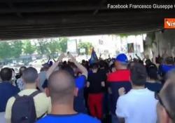 """Protesta operai Whirloop a Napoli, i lavoratori urano: """"Dignità! Dignità!"""" La protesta dei lavoratori della Whirloop a Napoli - CorriereTV"""