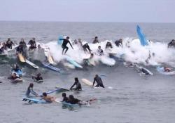San Diego: la ressa per cavalcare l'onda «perfetta» Non c'è quasi spazio per cavalcare quest'onda - CorriereTV