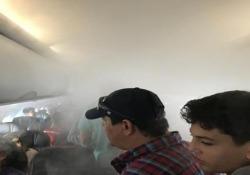 Su un volo per il Nicaragua: la cabina dell'aereo si riempie di nebbia La scena catturata dai passeggeri a bordo dell'aereo dell'American Airlines - CorriereTV
