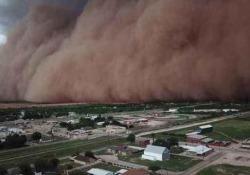 Un impressionante muro di sabbia divora la città in pochi minuti La tempesta di sabbia ha attraversato Coahoma, nella contea di Howard, in Texas - CorriereTV