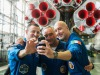 Il selfie che Luca Parmitano ha scattato insieme ai colleghi, con la Soyuz che li porterà sulla Stazione Spaziale. Sa sinistra: Drew Morgan della Nasa,, Alexander Skvortsov della Roscosmos e Parmitano dellEsa (fonte: GCTC-A.Shelepin)