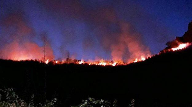 Acicastello, incendio, Vampolieri, Catania, Cronaca