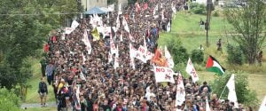 """Corteo """"No Tav"""", i manifestanti aprono la cancellata e oltrepassano la barriera"""
