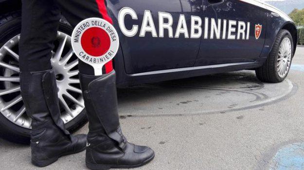 adrano, picchia compagna, Catania, Cronaca