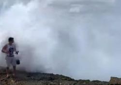 Va sugli scogli per girare un video da postare sui social, ma un'onda gigante lo spazza via  È successo in riva nella zona turistica di Devil's Tear, in Indonesia. Per fortuna il ragazzo ne è uscito indenne - CorriereTV