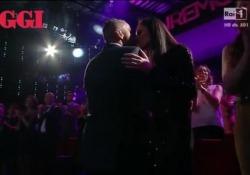 Eros Ramazzotti a Sanremo, bacio in diretta a Marica mentre canta la canzone che scrisse per Michelle  Il cantante  superospite della seconda serata del Festival 2016 - Corriere Tv