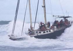 Hawaii: la barca a vela piena di turisti in balia delle onde Il vento e le onde hanno colto di sorpresa i passeggeri dopo una crociera al tramonto - CorriereTV
