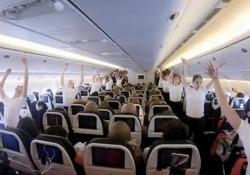 Il balletto dell'Opéra di Parigi sorprende i passeggeri dell'aereo La performance a alta quota sulle note del «Lago dei cigni»di Ciajkovskij - Corriere Tv
