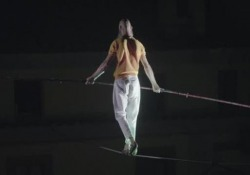 Il funambolo Andrea Loreni a Civita di Bagnoregio  La passeggiata sul cavo a 40 metri di altezza  - Corriere Tv