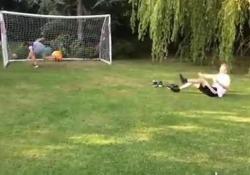 Il gol è assurdo: tiro con salto mortale e avvitamento La prodezza di George Warburton - Dalla Rete