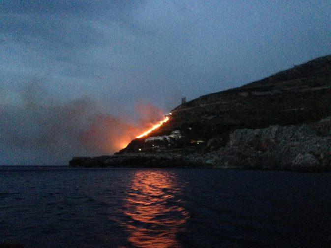 Due i canadair in azione per spegnere le fiamme