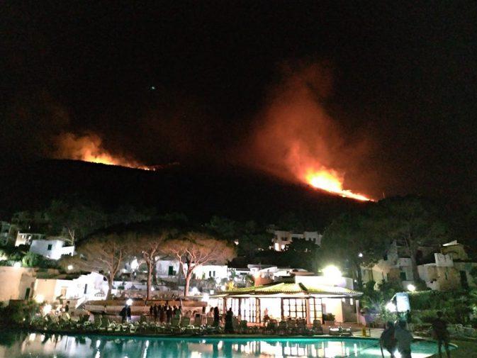 Le fiamme viste dal Villaggio di Calampiso