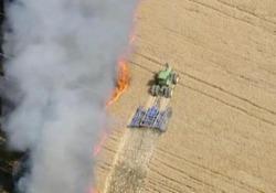 L'agricoltore rischia la vita per salvare il suo raccolto dalle fiamme L'incendio rischiava di propagarsi e distruggere i campi in Colorado - CorriereTV