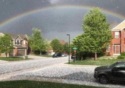 L'arcobaleno in mezzo alla grandine: il gioco di colori è magnifico Il fenomeno meteorologico durante una forte tempesta in Colorado - CorriereTV