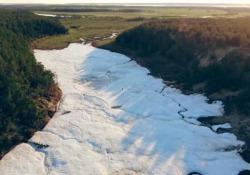 La «spiaggia» più strana del mondo: un ghiacciaio in Siberia Per cercare refrigerio la gente si riversa sul quel che resta del ghiacciaio Buluus - CorriereTV