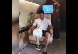 Lewandowski il piede è d'oro: palleggi ad alta quota L'attaccante del Bayern Monaco ha mostrato tutta la sua tecnica, palleggiando con un solo piede seduto in aereo - Dalla Rete